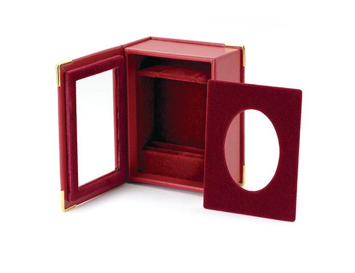 自立式ジュエリーボックス。ペンダントと指輪が同時に収められます。